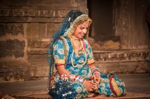 Viajar a la India: mujer en un templo de Udaipur