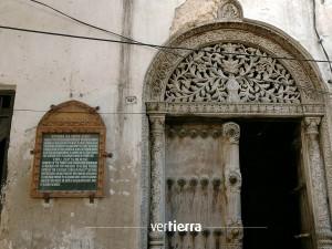 Detalle de la puerta de un antiguo palacio en Stone Town.