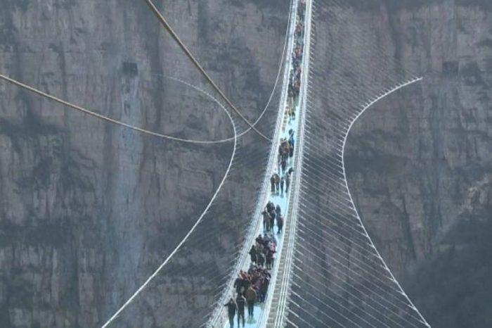 China presenta el puente de cristal más largo del mundo